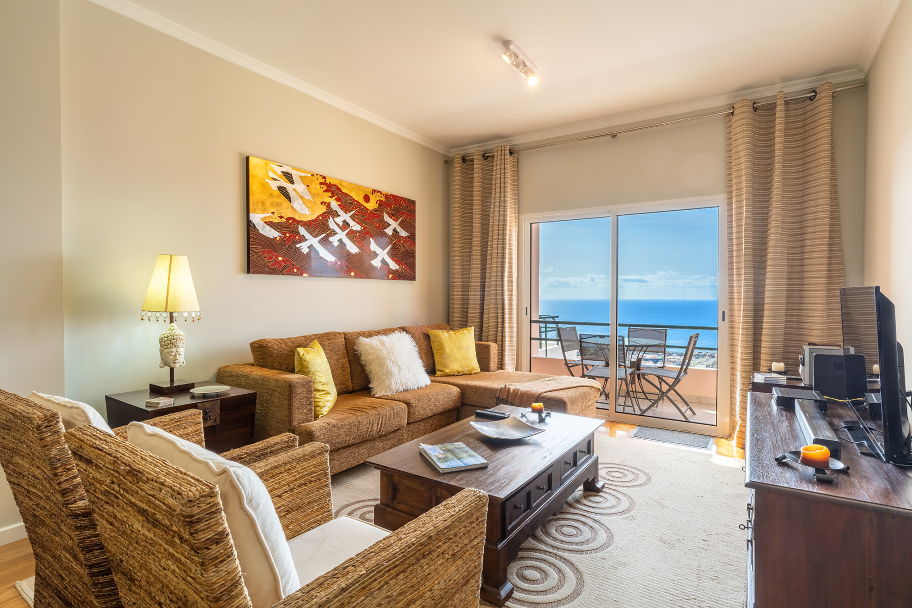 Stylish apartment with balcony and amazing views over Funchal and the sea.